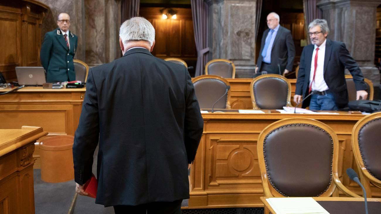 Regalino in mano, il consigliere federale lascia l'aula