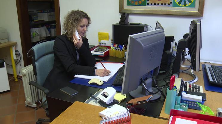 Simona Bernasconi, responsabile di SOS Debiti, qui al lavoro nella sede dell'associazione, a Breggia