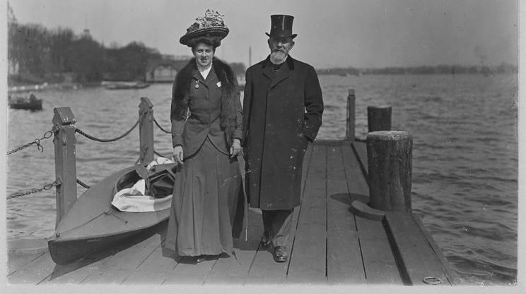 Spitteler con la moglie, nel 1908 ad Amburgo. Dopo il discorso sulla neutralità, le opere dello scrittore vennero bandite dalle librerie tedesche