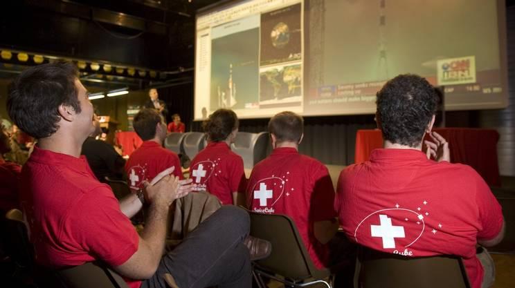 Swisscube, il primo satellite svizzero, realizzato al Politecnico di Losanna: qui i ricercatori del progetto, al momento del lancio del dispositivo dalla base indiana di Sriharikota nel settembre del 2009