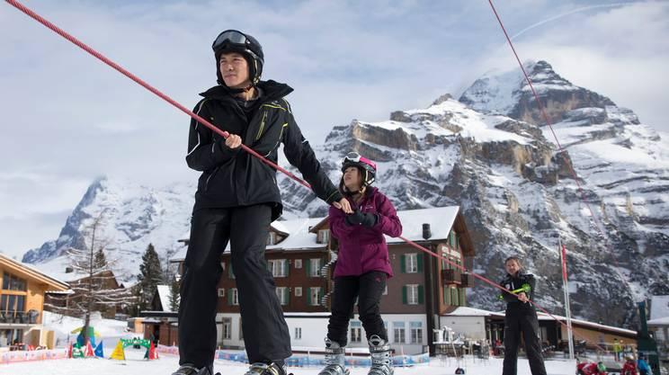 Turisti cinesi sulle nevi elvetiche: i loro pernottamenti in Svizzera sono aumentati del 50% negli ultimi 5 anni