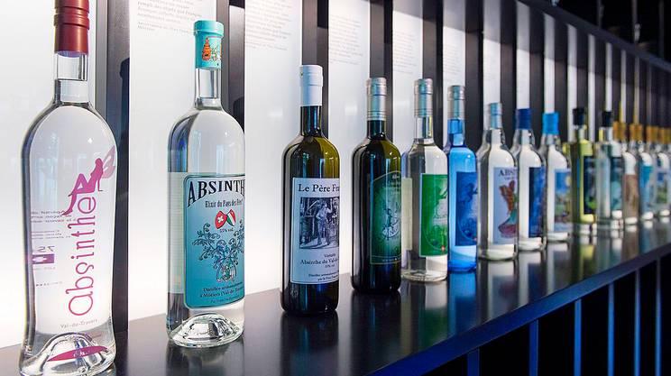 Una collezione di bottiglie nel museo della Maison de l'absinthe a Môtiers