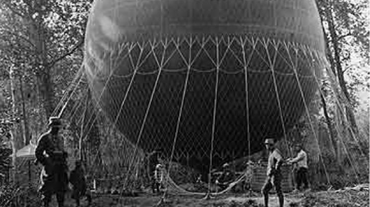 Una mongolfiera militare in preparazione per l'impiego