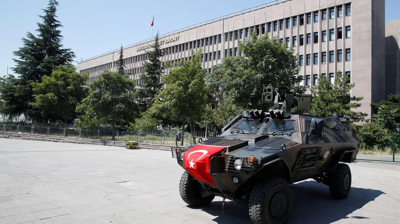 Un'immagine emblematica: un veicolo delle forze speciali turche di fronte al Palazzo di giustizia di Ankara