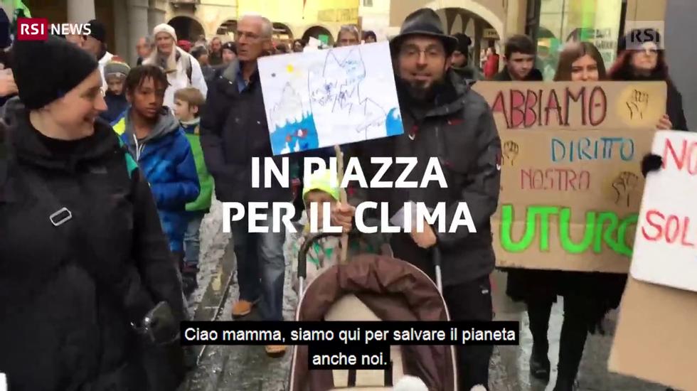 Voci, cartelloni e striscioni dei manifestanti al corteo per il clima di Bellinzona