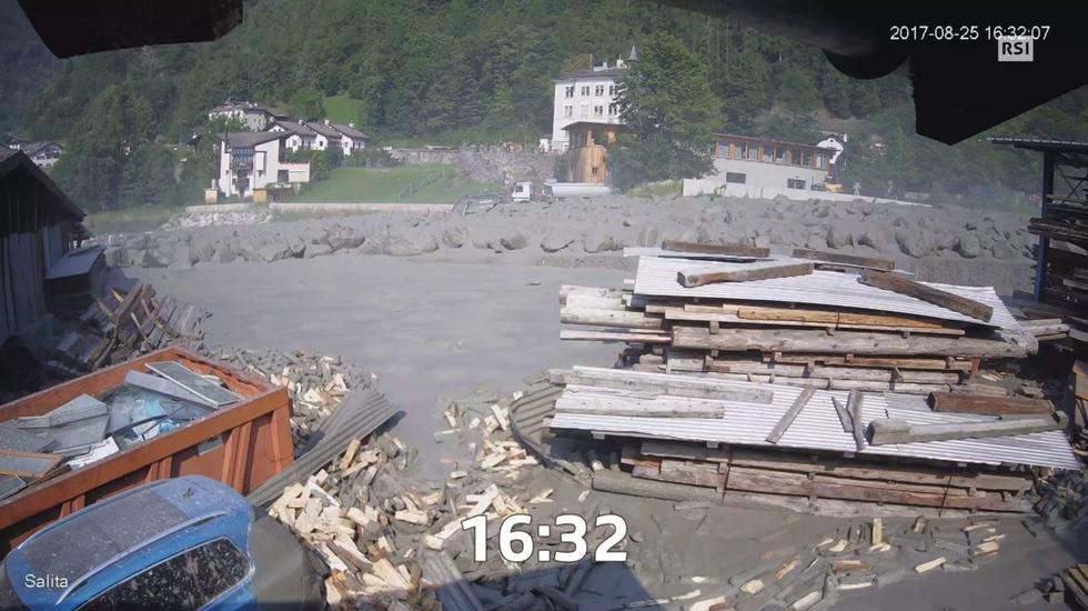 Bondo, la seconda colata: le immagini riprese dalle telecamere di sorveglianza di una carpenteria rasa al suolo