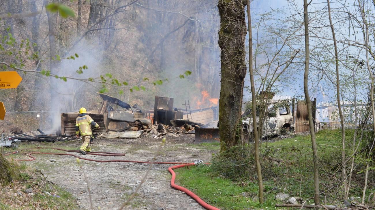 Al lavoro una decina di pompieri