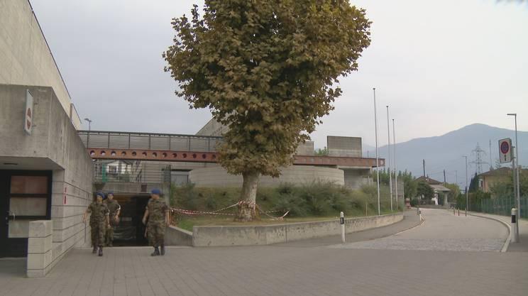 Alcuni militari escono dal bunker di Riazzino