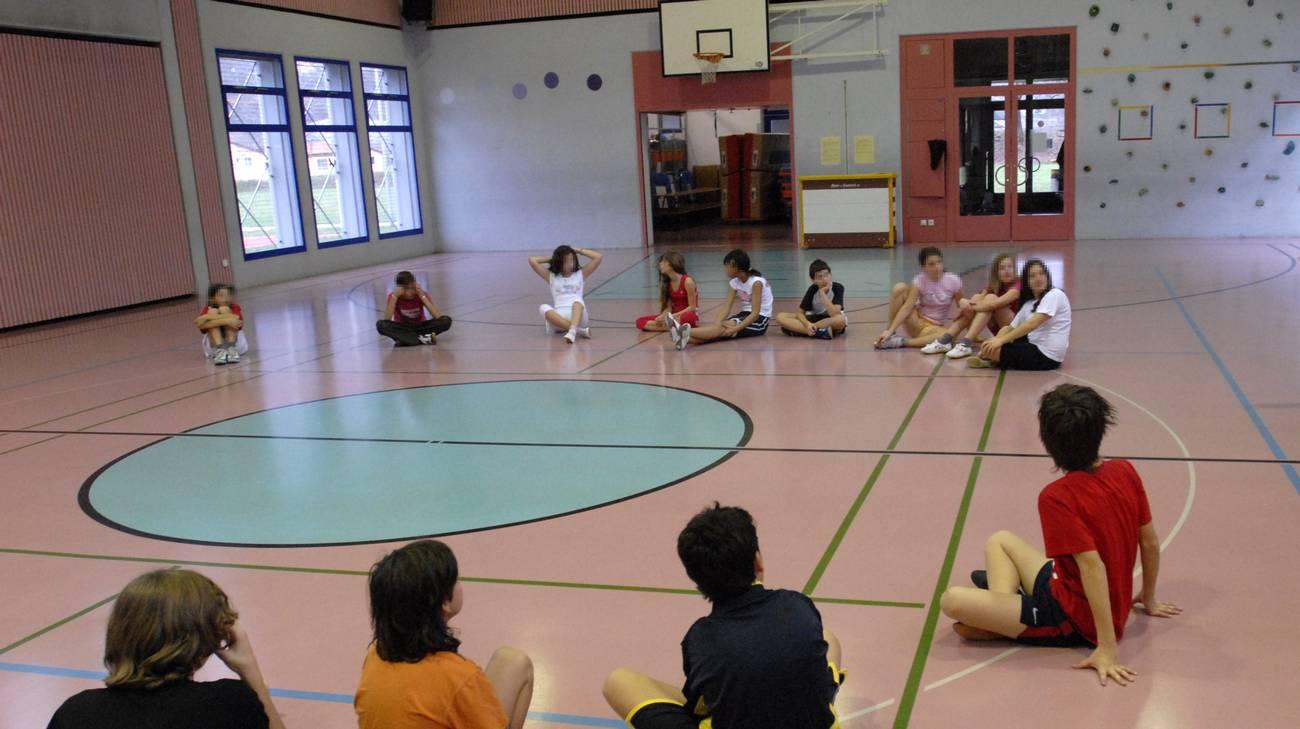 Allievi a lezione di educazione fisica
