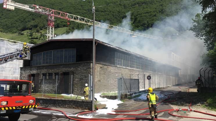 Capannone in fiamme a Gordola