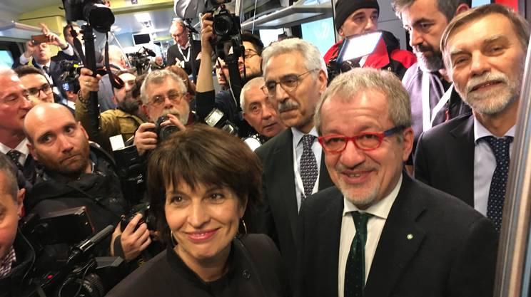 Doris Leuthard, Roberto Maroni e Graziano Delrio circondati da giornalisti