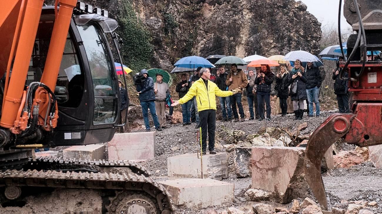 Enrico Sassi, architetto progettista, mostra il cantiere
