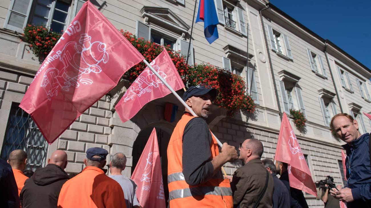 Gli operai delle Officine lunedì scorso davanti a Palazzo del Governo