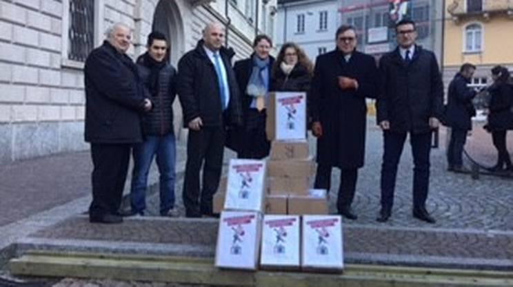 I promotori del referendum poco prima della consegna delle firme