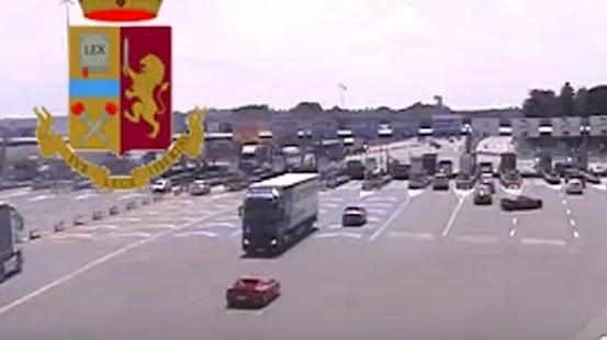 Folle manovra in autostrada