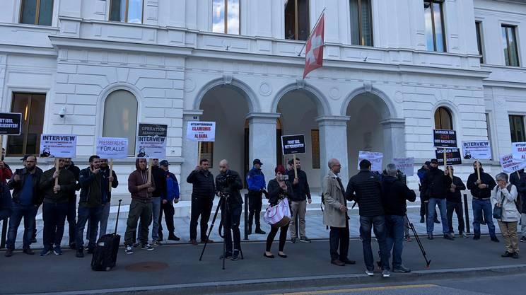Le persone riunite davanti al TPF di Bellinzona
