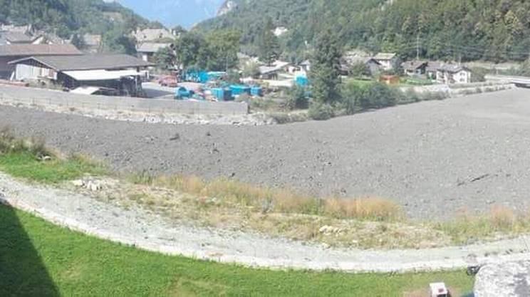Il bacino di contenimento a valle, con il materiale raccolto dal Pizzo Cengalo