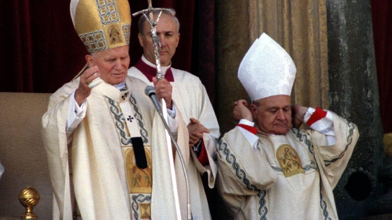 Il cardinale Gilberto Agustoni ritratto nel 1994 a fianco di Papa Wojtila