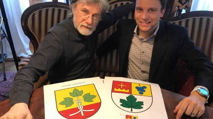 Il grafico Lulo Tognola e il sindaco Samuele Censi con le due proposte in votazione