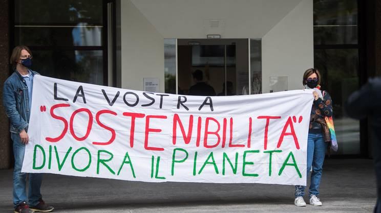 Il presidio dell'MPS a BancaStato a Bellinzona
