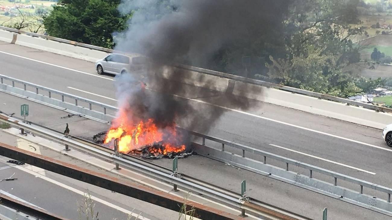 Il veicolo è andato completamente distrutto nell'incendio