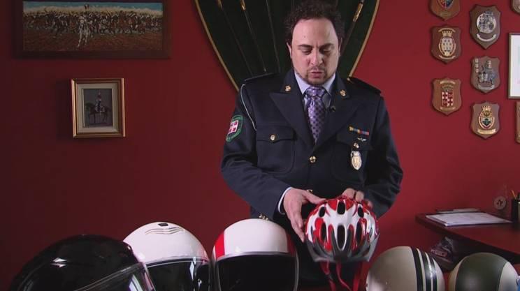 Il vice comandante della polizia di Verbania Andrea Cabassa con il casco non ammesso per le e-bike veloci e quelli che lo sono (i tre a sinistra) in Italia