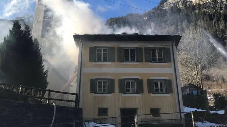 La casa colpita dalle fiamme