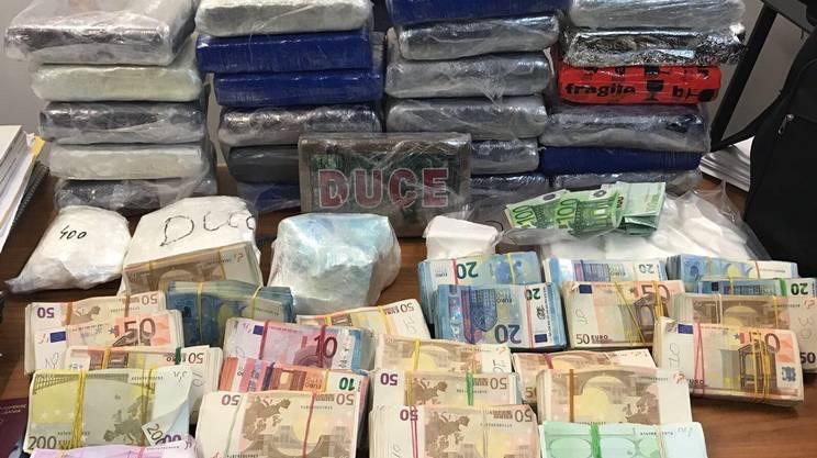 La coca e gli euro sequestrati dalle fiamme gialle in provincia di Como