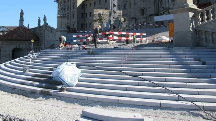 La nuova scalinata posta nel mezzo del sagrato della chiesa abbaziale di Einsiedeln è stata realizzata in Gneiss della Calanca