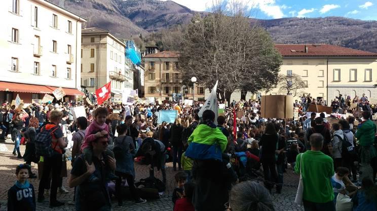 La protesta degli studenti ticinesi in piazza a Bellinzona