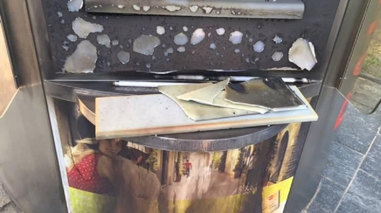 L'apparecchio è stato divelto e incendiato dai vandali