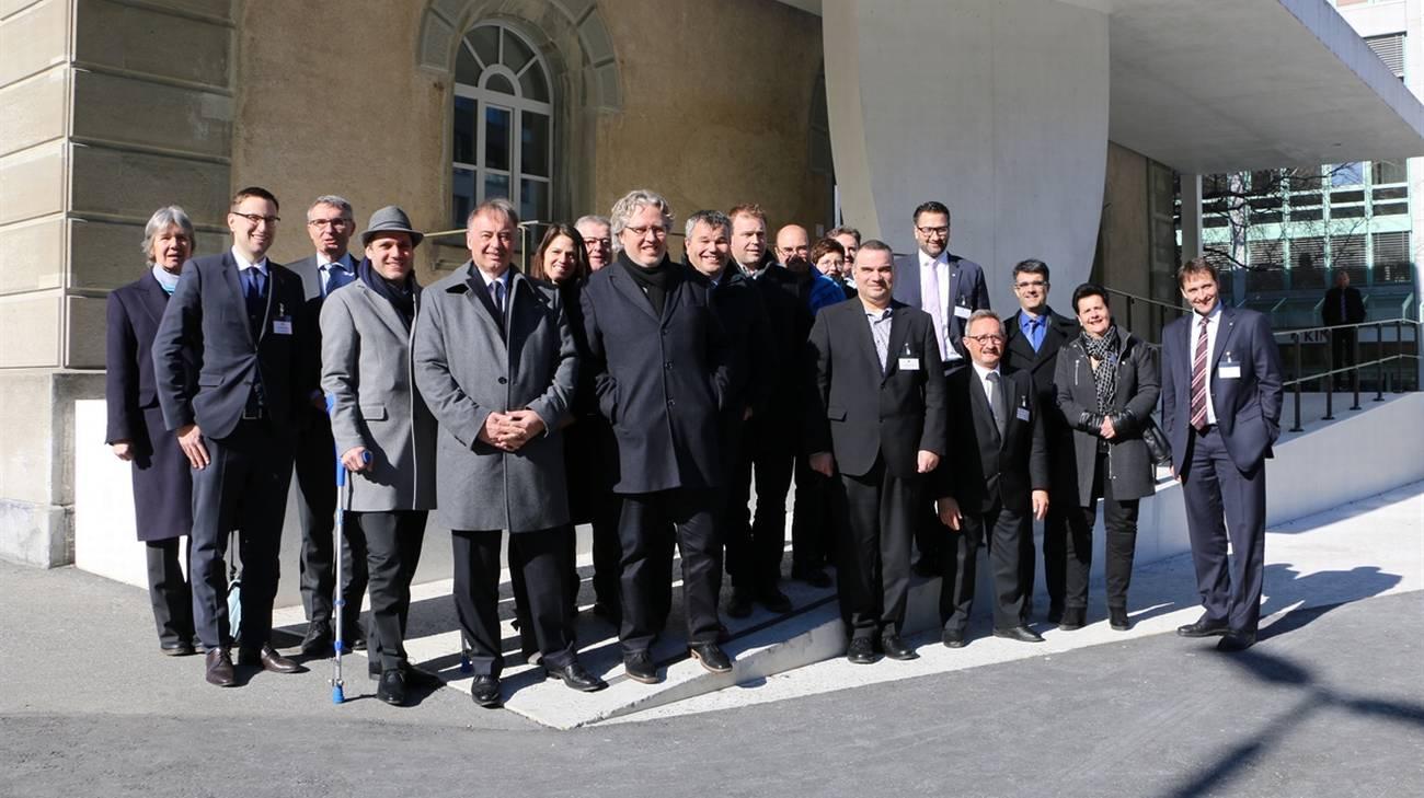 Le due delegazioni parlamentari davanti all'edificio del Gran Consiglio, a Coira