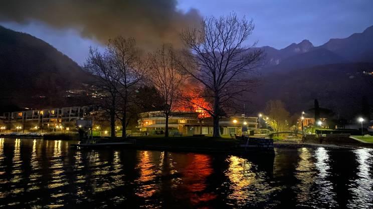 L'incendio visto dal lago