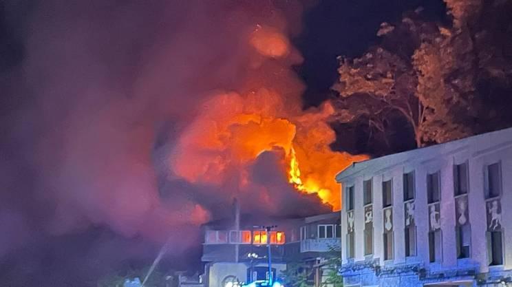 L'intero stabile è in fiamme