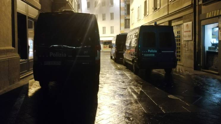 La polizia blocca la zona attorno al club di Via al Forte