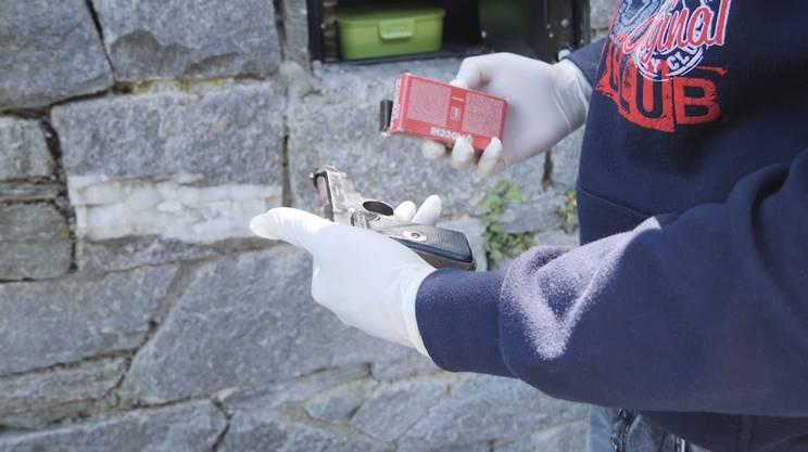 Pistola, munizioni e altra droga erano nascosti in una cassaforte inserita in un muro esterno
