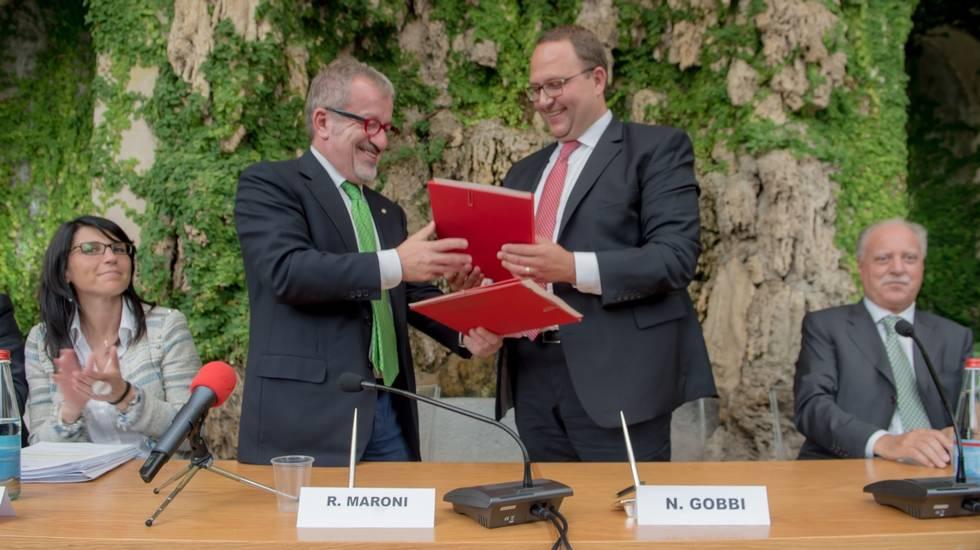 Roberto Maroni (s) e Norman Gobbi (d) firmano l'intesa per la collaborazione transfrontaliera