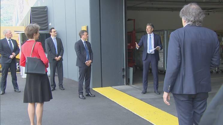 Simonetta Sommaruga e il Consiglio di Stato ticinese accolti al nuovo centro pacchi di Cadenazzo dal direttore della Posta Roberto Cirillo