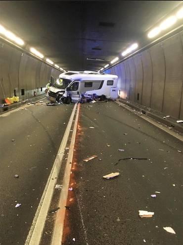 Un auto ha invaso la corsia opposta entrando in collisione con un camper