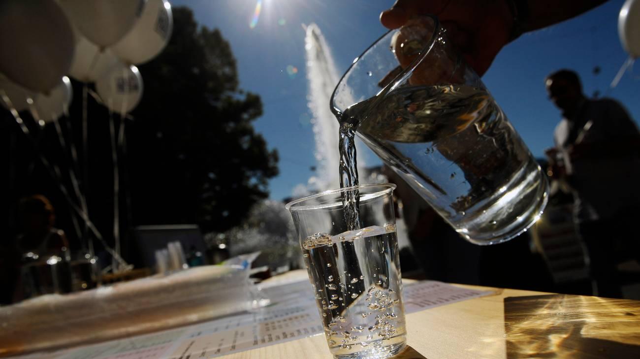 Un bicchiere d'acqua potabile direttamente dalla fontana