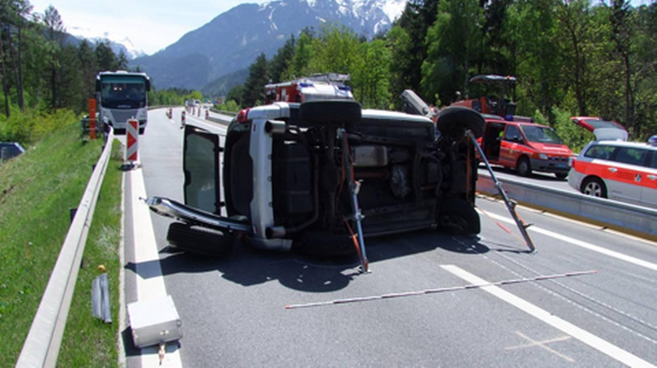 La vettura rovesciatasi su un fianco mentre percorreva l'A13