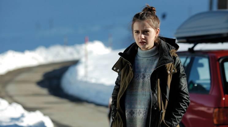 Annina Walt è anche la giovane protagonista di Nichts Passiert