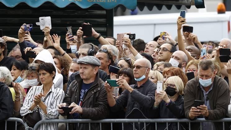 Cerimonia privata, ma molta gente dietro le barriere di sicurezza
