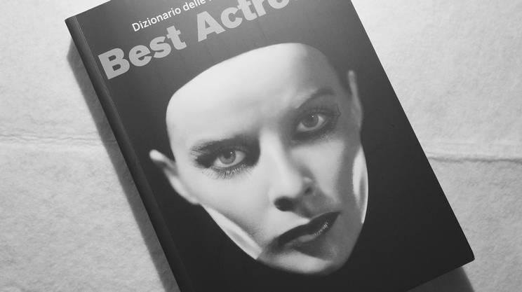Una spettrale e intensa Katharine Hepburn sulla copertina del libro