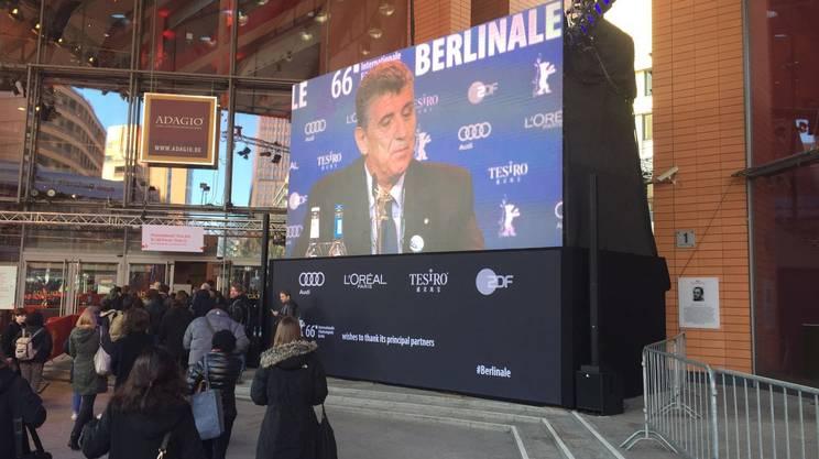 Il dottor Bartolo sui maxischermi durante la conferenza stampa