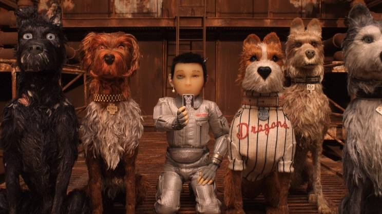 Il piccolo protagonista umano con i protagonisti cani