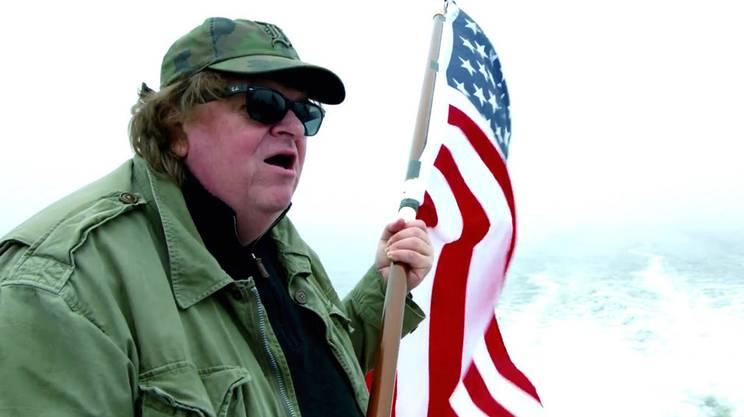 Michael Moore in un'immagine emblematica del suo nuovo film