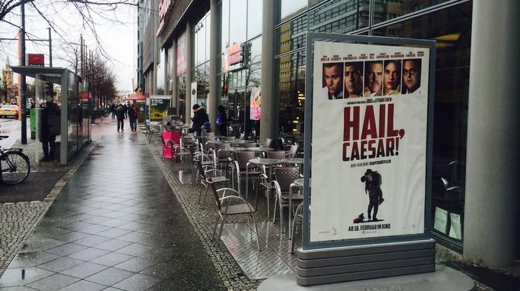 Il poster del film davanti al Museo del cinema di Berlino