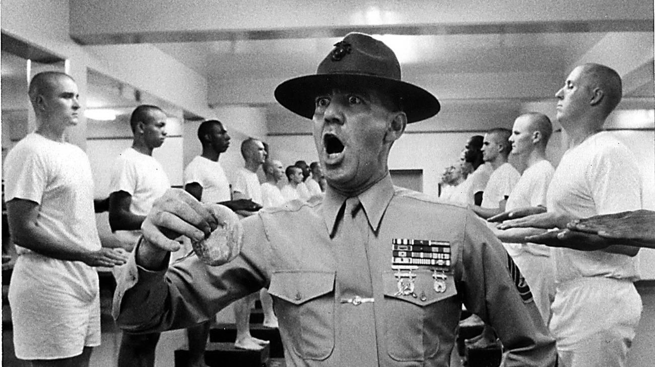 Ronald Lee Ermey nei panni del brutale sergente maggiore Hartman in