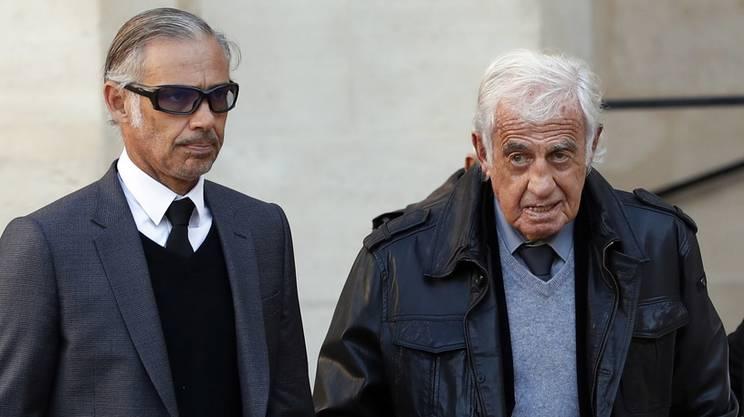 Jean-Paul Belmondo con al fianco il figlio Paul alla cerimonia di commiato da Charles Aznavour nel 2018